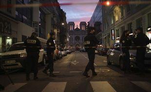 Les forces de l'ordre protègent toujours la basilique Notre-Dame, à Nice.