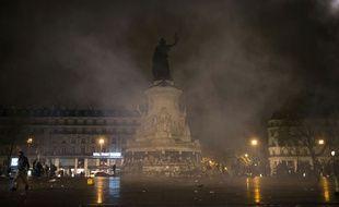 Des gaz lacrymogèbes ont été ulisiés vendredi 22 avril par les forces de l'ordre place de la République.