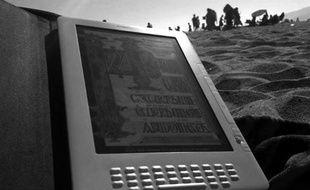 Le Kindle DX d'Amazon, sur la plage de Santa Monica, en juillet 2009
