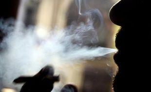 Plus d'un actif sur trois (36%) déclare avoir été exposé à la fumée de tabac sur son lieu de travail au cours des six derniers mois, révèle vendredi un sondage Harris interactive réalisé pour l'association Droits des non fumeurs (DNF).