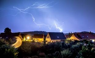 Un éclair dans le ciel du village de Godewaersvelde, le 7 août 2018.