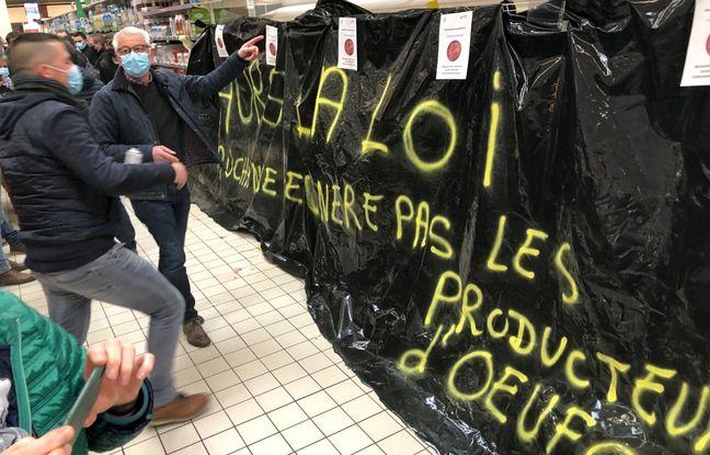 Manifestation de producteurs d'œufs dans l'hypermarché Auchan de Saint-Sébastien-sur-Loire, le 17 février 2021.