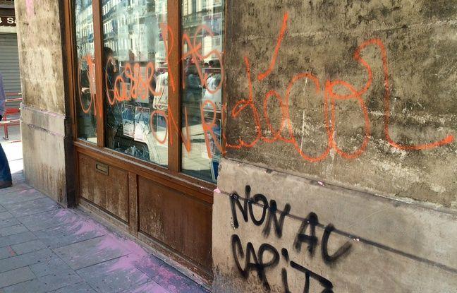 Une vitrine dégradée par des casseurs, le 14 avril à Montpellier.
