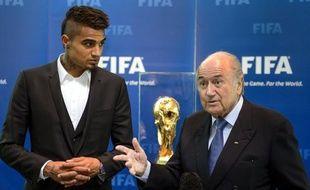 Le président de la Fifa, Sepp Blatter, a estimé vendredi à Zurich que retirer des points ou reléguer les clubs dont les supporteurs se rendent coupables d'insultes racistes ou de violences, ne serait pas une idée simple à mettre en oeuvre, après avoir plaidé pour ces mesures en janvier dernier.