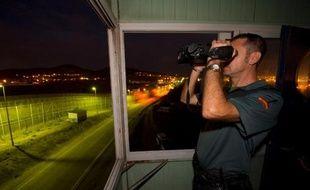 Entre l'Europe et l'Afrique, bordant l'enclave espagnole de Melilla, s'étire sur onze kilomètres une frontière grillagée de sept mètres de haut, balisée de caméras: une barrière entre deux continents qui ne suffit pas à décourager les assauts de clandestins prêts à tout.