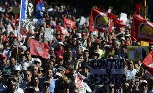 Plusieurs milliers de personnes ont manifesté samedi à Lisbonne, près du palais présidentiel, pour réclamer la démission du gouvernement dont la politique d'austérité, exigée par les créanciers du pays, a considérablement aggravé la récession et le chômage.