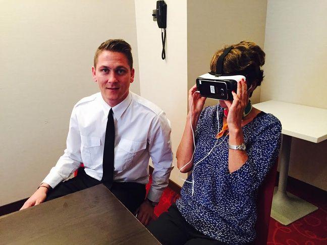 Nicolas Coccolo avec Catherine lors de l'exercice de réalité virtuelle.