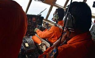 La mer de Java survolée le 29 décembre 2014 par des membres de l'aviation indonésienne à bord d'un Hercules C-130