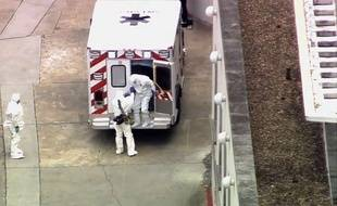 Le Dr. Kent Brantly (D), médecin américain contaminé par Ebola, descend de l'ambulance à l'hôpital universitaire Emory d'Atlanta, le 2 août 2014. (AP Photo/WSB-TV Atlanta) METRO ATLANTA TV OUT/GAMS104/822407735394/ METRO ATLANTA TV OUT /1408022056