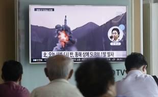 Des passants regardent des images d'un lancement de missile nord-coréen à Séoul, le 24 août 2016.