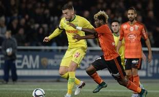 Nantes' French midfielder Lucas Deaux (L) vies for the ball with Lorient's Gabonese midfielder Didier Ndong  during the French L1 football match between Lorient (LFC) and Nantes (FCN) on December 19, 2015 at the Moustoir stadium in Lorient, western France. AFP PHOTO / JEAN-SEBASTIEN EVRARD
