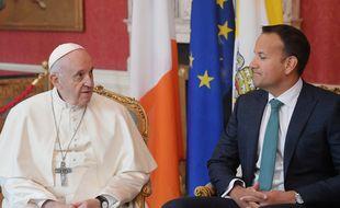 Le Pape François assis à côté du Premier ministre irlandais Leo Varadkar le 25 août 2018.