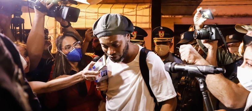 Ronaldinho à son arrivée à l'hôtel Palmaroga, à Asuncion, où il est désormais assigné à résidence.