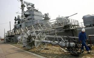Accompagné de deux remorqueurs, le croiseur partira des quais, à reculons, jusqu'à Bacalan, puis il se retournera pour emprunter l'estuaire et quitter la Gironde.