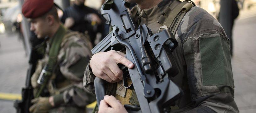 Illustration d'un militaire avec un fusil d'assaut de type Famas.