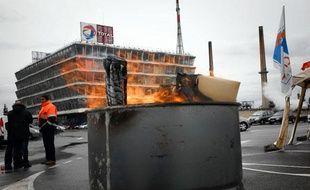 La raffinerie de Feyzin du groupe pétrolier Total est bloqué le 19 février 2010 suite à un appel à la grève pour protester contre la fermeture de la raffinerie de Dunkerque.