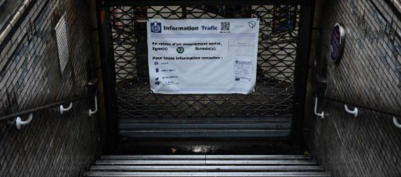 Illustration: Une bouche de métro fermée lors de la grève contre la réforme des retraites, le 6 décembre 2019.