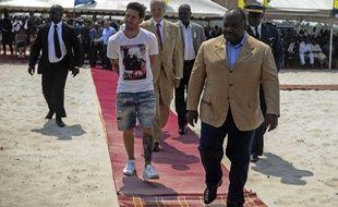 Lionel Messi accueilli par le président Bongo à son arrivée au Gabon, le 18 juillet 2015.