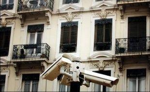 """Le gouvernement veut """"tripler"""" les capacités de vidéo-surveillance existant actuellement en France dans le but de lutter contre les risques de terrorisme et de violence, un dispositif qui doit faire l'objet d'un """"contrôle indépendant"""", selon la Commission nationale de l'informatique et des libertés (Cnil)."""