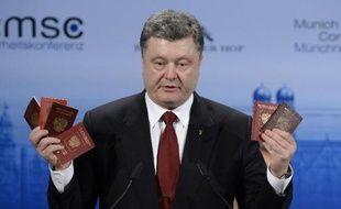 Le président ukrainien Petro Porochenko brandit, le 7 février 2015 à Munich, des passeports de soldats russes entrés en Ukraine