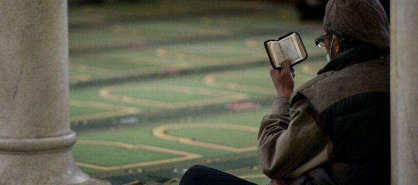 Un homme musulman lit le Coran dans la Grande mosquée de Paris, le 13 avril 2021.