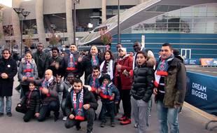 Le groupe de réfugiés, aux abords du Parc des Princes