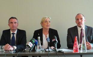 Marine Le Pen à Marseille le 18 mars, entourée de Stéphane Ravier (gauche) et d'Adrien Mexis (droite).