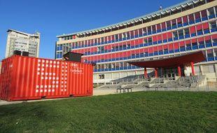 strasbourg l 39 ososph re pose des conteneurs et des d mes sur le campus de l 39 universit. Black Bedroom Furniture Sets. Home Design Ideas