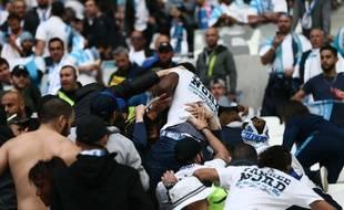 Une baston entre supporters  marseillais au Groupama Stadium, lors de la finale de la Ligue Europa