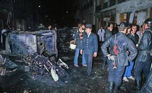Des pompiers et des policiers sur les lieux de l'attentat contre la synagogue de la rue Copernic, à Paris, le 3 octobre 1980