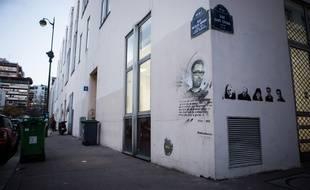 Des portraits des victimes de la tuerie de «Charlie Hebdo» dessinés sur les murs des anciens locaux du journal.