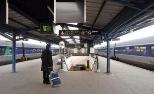 """Le trafic SNCF a été perturbé jeudi par une grève suivie par environ 43% des conducteurs selon la direction, et plus de 55% selon les syndicats, pour protester contre un assouplissement des conditions de travail dans le fret visant selon la SNCF à """"être compétitif"""" face au privé."""