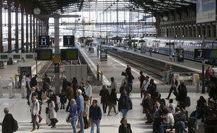 Des voyageurs patientent dans la gare de Lyon à Paris, le 13 avril 2018.