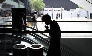 Une femme fume une cigarette à Pékin, le 1er juin 2015.