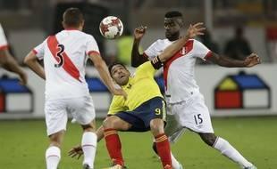 Falcao à la lutte avec deux joueurs péruviens