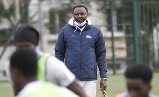 Japhet N'Doram, l'ancien joueur du FCN, lors d'une séance d'entraînement avec les migrants.