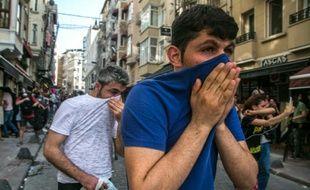 Lapolice disperse avec du gaz lacrymogène une manifestation de la communauté LGBT à Istanbul, le 19 juin 2016
