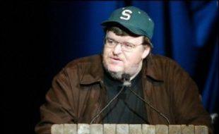 """Le cinéaste polémiste Michael Moore, auteur du brûlot anti-Bush """"Fahrenheit 9/11"""", espère sortir en 2007 son prochain film, consacré au système de santé américain, a-t-il annoncé dans un message en ligne lundi sur son site internet."""