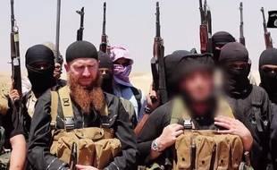 Photo fournie le 29 juin 2014 par le média jihadiste Al-Itisam montrant des personnes présentées comme des membres de l'Etat islamique (EI), photographiées dans la zone frontalière entre Irak et Syrie