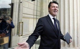 """Le député UMP Christian Estrosi a déposé mardi une proposition de loi visant à """"supprimer le plafond des 35 heures en donnant la responsabilité aux partenaires sociaux de négocier la limite hebdomadaire dans des accords de branche"""", selon un communiqué."""