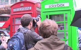 Capture d'écran d'une vidéo le jour de l'inauguration d'une cabine à énergie solaire à Londres, en Grande-Bretagne, le 1er octobre 2014.