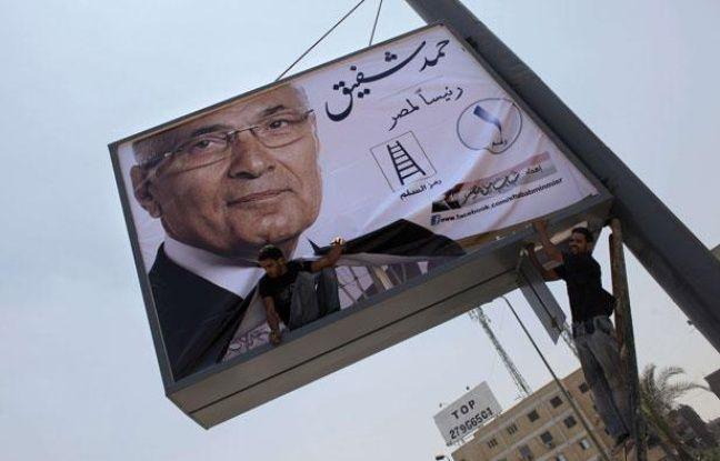 Le portrait d'Ahmed Chafik, candidat à l'élection présidentielle, installé à proximité d'une autoroute du Caire, le 11 juin 2012
