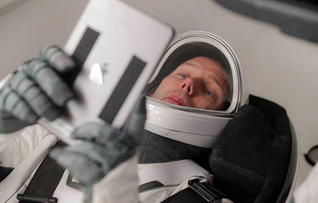 Thomas Pesquet, avec une tablette numérique, dans la navette spatiale Crew-Dragon 2 de SpaceX.