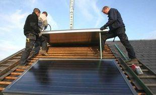 Installation de panneaux solaires sur le toit d'une maison en 2009.