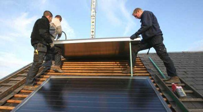 installer des panneaux solaires une op ration toujours. Black Bedroom Furniture Sets. Home Design Ideas