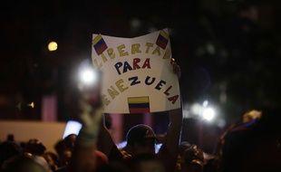 Des Vénézuéliens saluent l'auto-proclamation de Juan Gaido comme président par intérim.