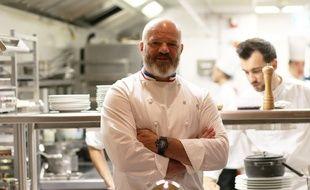Le chef Philippe Etchebest, le 29 juin 2017 devant la cuisine de son restaurant Le Quatrième Mur à Bordeaux