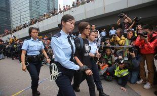 La chanteuse Denise Ho arrêtée par la police lors de l'évacuation du mouvement Occupy Hong Kong, le 11 décebre 2014.