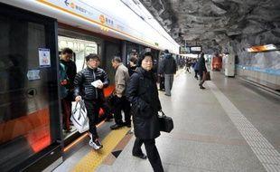 Des passagers descendent d'une rame du métro de Séoul le 24 janvier 2010