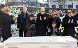Brigitte Macron, Jade, Laeticia, Joy Hallyday, Laura Smet et David Hallyday applaudissent le cercueil de Johnny hallyday sur le parvis de l'église de la Madeleine, le 9 décembre 2017.